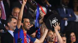Skuat Barcelona mengangkat piala Copa del Rey.