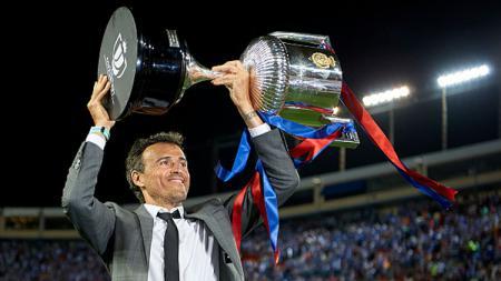 Luis Enrique saat melakukan selebrasi dengan piala Copa Del Rey. - INDOSPORT