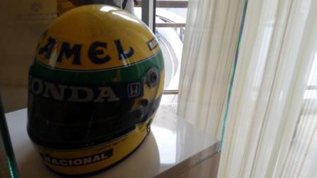Helm peninggalan milik legenda Formula 1, Ayrton Senna berhasil dilelang dengan harga fantastis. Bahkan nilai tersebut mengalahkan helm Michael Schumacher - INDOSPORT