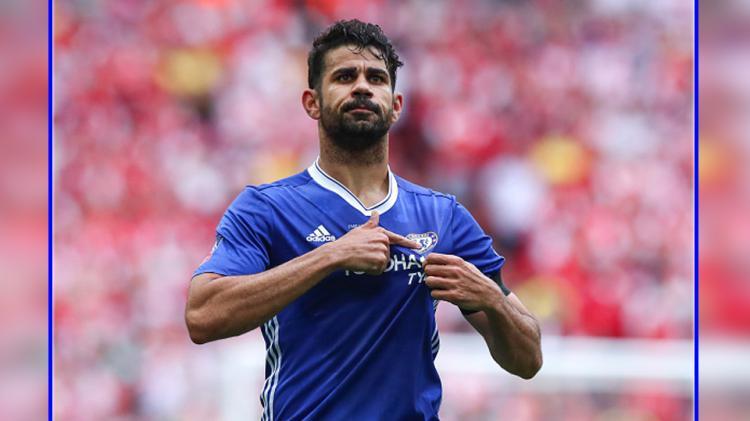 Selebrasi Diego Costa menunjukkan logo klubnya, Chelsea menandakan jika dirinya akan tetap bertahan pada musim depan. Copyright: Robbie Jay Barratt - AMA/Getty Images