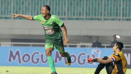 Sansan Fauzi Husaeni usai mencetak gol ke gawang Persela Lamongan. - INDOSPORT
