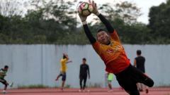 Indosport - Kiper Bhayangkara FC, Wahyu Tri Nugroho.