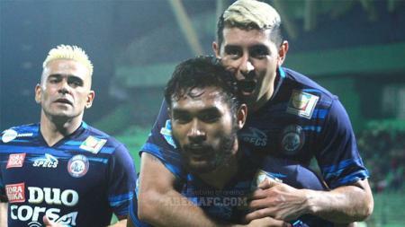 Selebrasi para pemain Arema FC usai membobol gawang Mitra Kukar. - INDOSPORT