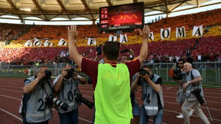 Francesco Totti memberikan salam perpisahan kepada para penggemar setia AS Roma. - INDOSPORT