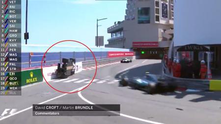 Mobil Pascal Wehrlein dalam posisi aneh saat balapan GP Monaco 2017. - INDOSPORT
