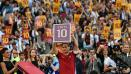Indosport - Francesco Totti memegang reklame bertuliskan angka 10.
