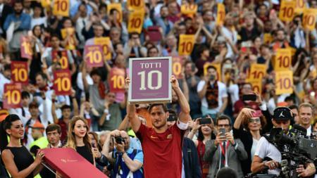 Francesco Totti memegang reklame bertuliskan angka 10. - INDOSPORT