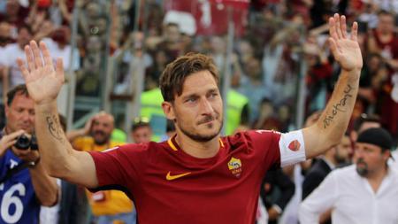 Kapten AS Roma, Francesco Totti memainkan laga terakhirnya bersama Serigala Ibu Kota kontra Genoa. - INDOSPORT