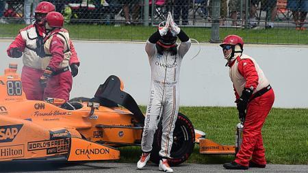 Fernando Alonso keluar dari mobilnya setelah mesin mobilnya gagal. - INDOSPORT