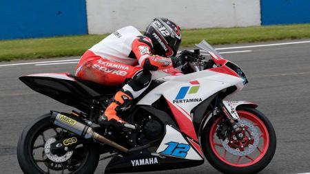 Adrian saat menggeber Yamaha YZF-R3 tunggangannya di Sirkuit Donington Park. - INDOSPORT