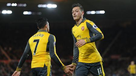 Alexis Sanchez dan Mesut Ozil bakal menjadi pemain dengan bayaran termahal sepanjang sejarah klub. - INDOSPORT