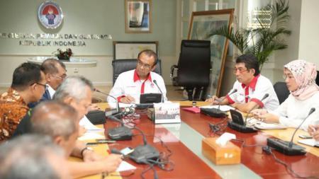 Sesmenpora, Gatot S Dewa Broto saat memimpin rapat laporan hasil evaluasi Islamic Solidarity Games (ISG) 2017 Baku, Azerbaijan di Kantor Kemenpora. - INDOSPORT