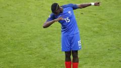 Indosport - Paul Pogba melakukan dab ketika membela Timnas Prancis.