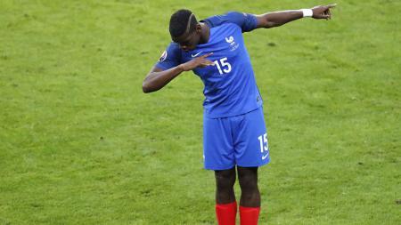 Paul Pogba melakukan dab ketika membela Timnas Prancis. - INDOSPORT