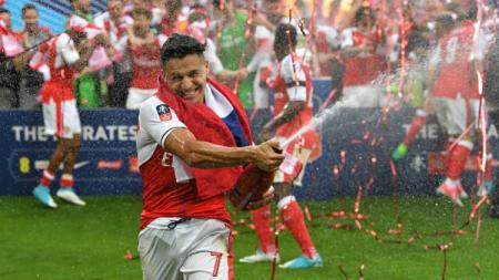 Bintang Arsenal, Alexis Sanchez tengah berselebrasi atas kemenangan di final Piala FA. - INDOSPORT