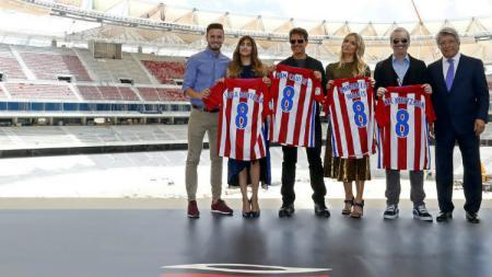 Aktor tampan Tom Cruise terlihat berkunjung ke stadion baru Atletico Madrid, Wanda Metropolitano. - INDOSPORT