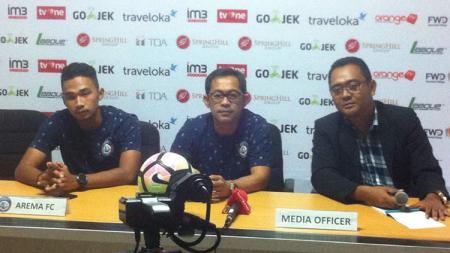 Pelatih Arema FC, Aji Santoso (tengah) saat jumpa pers di Stadion Patriot, Bekasi. - INDOSPORT