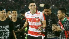 Indosport - Fabiano Beltrame dielu-elukan melakukan selebrasi kemenangan bersama suporter.