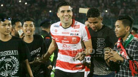 Fabiano Beltrame dielu-elukan melakukan selebrasi kemenangan bersama suporter. - INDOSPORT