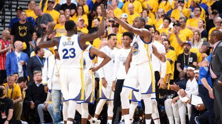 Penggawa Golden State Warriors merayakan kemenangannya atas Cleveland Cavaliers. - INDOSPORT