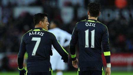 Alexis Sanchez lakukan selebrasi gol ke gawang Swansea City bersama Mesut Ozil. - INDOSPORT