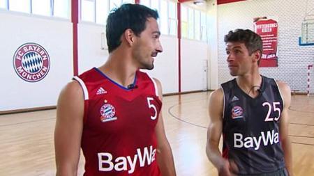 Thomas Muller dan Mats Hummels bersiap untuk bermain basket. - INDOSPORT
