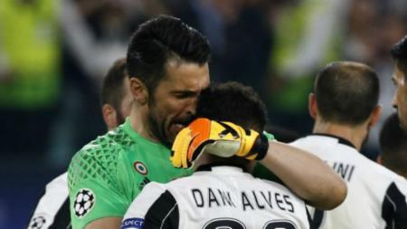 Dani Alves dan Buffon ketika berhasil menyingkirkan AS Monaco di semifinal Liga Champions. - INDOSPORT