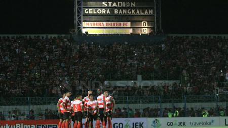 Pemain Madura United saat berkumpul pada laga saat melawan Gresik United. - INDOSPORT