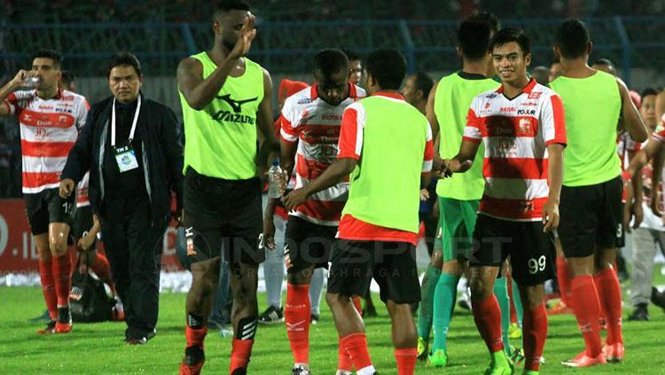 Presiden MU, Achsanul Qosasi (hitam) bersama para pemain memberi usai menghampiri suporter di tribun Copyright: Ian Setiawan/INDOSPORT