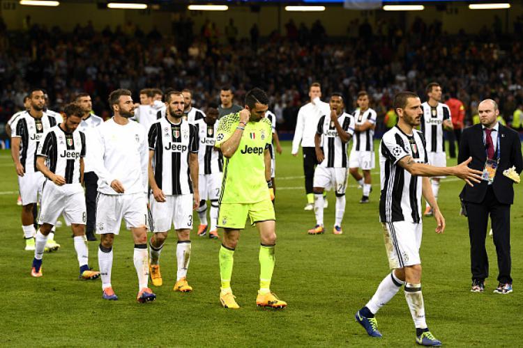 Para pemain Juventus tertunduk lesu usai mereka gagal menjadi juara Liga Champions 2016/17. Copyright: INDOSPORT