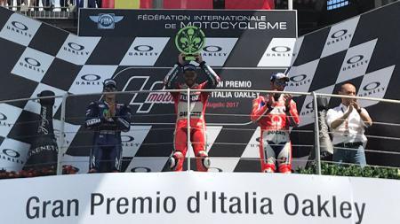 Selebrasi Andrea Dovizioso saat meraih podium juara MotoGP Italia 2017. - INDOSPORT