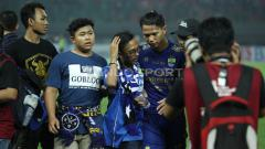 Indosport - Bobotoh yang mencintai Persib sempat masuk ke tengah lapangan saat Maung Bandung lawan Bhayangkara FC.