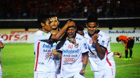 Irfan Bachdim merayakan keberhasilannya cetak gol ke gawang Perseru Serui. - INDOSPORT