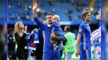 Eden Hazard melambaikan tangan ke arah fans Chelsea di tribun Stamford Bridge. - INDOSPORT