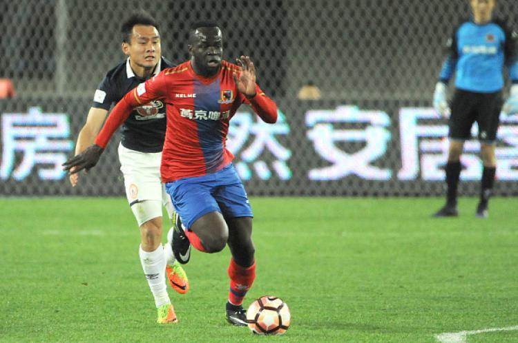 Cheikh Tiote saat memperkuat tim barunya, Beijing Enterprises. Copyright: INDOSPORT