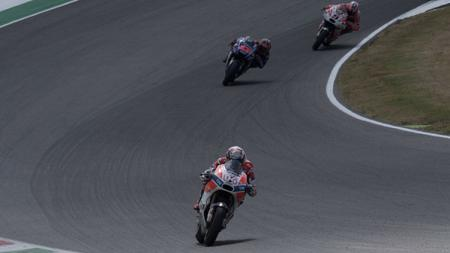 Andrea Dovizioso tampak memimpin balapan. - INDOSPORT