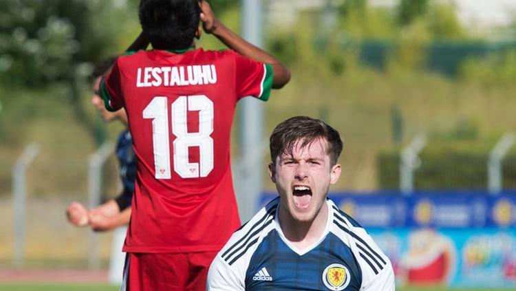 Anthony Ralston, bek andalan Skotlandia, merayakan keberhasilan negaranya mengalahkan Indonesia dengan susah payah. Copyright: Mark Donaldson/ESPN/Scottish FA