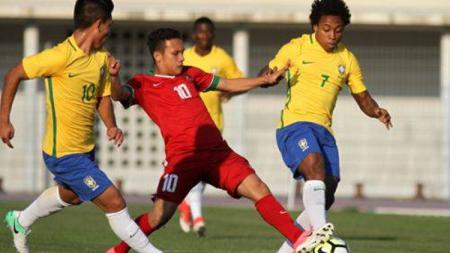 Egy Maulana Vikri dikepung dua pemain Brasil U-20. - INDOSPORT
