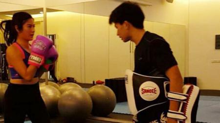 Dian Sastrowardoyo (kiri) saat melakukan latihan muay thai. - INDOSPORT