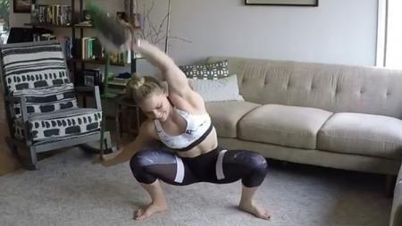 Kaisa Keranen melakukan latihan membentuk tubuh menggunakan sapu. - INDOSPORT