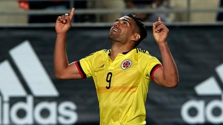 Radamel Falcao melakukan selebrasi pasca mencetak gol ke gawang Pepe Reina. - INDOSPORT