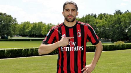 Klub Turki, Fenerbahce, kabarnya siap mendatangkan bintang AC Milan, Ricardo Rodriguez. - INDOSPORT
