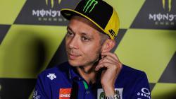 Valentino Rossi dalam sebuah konferensi pers.