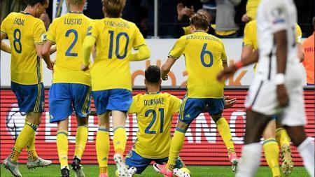 Pemain Swedia merayakan gol. - INDOSPORT