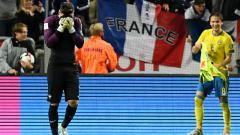 Indosport - Hugo Lloris tertunduk malu akibat blunder yang ia ciptakan di penghujung pertandingan.