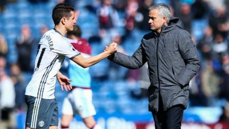 Ander Herrera (kanan) dan Jose Mourinho. - INDOSPORT
