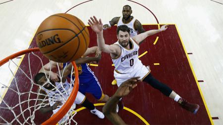 Cleveland Cavaliers akhirnya berhasil meraih kemenangan di game keempat final NBA 2016/17. - INDOSPORT