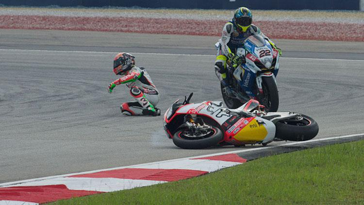 Max Biaggi saat mengalami kecelakaan dalam kejuaraan dunia Malaysia. Copyright: INDOSPORT