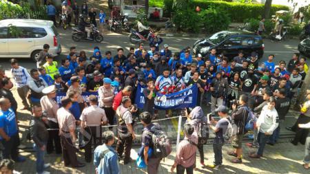 Puluhan Bobotoh menggelar aksi damai depan Graha Persib, Jalan Sulanjana Bandung. - INDOSPORT