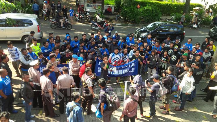 Puluhan Bobotoh menggelar aksi damai depan Graha Persib, Jalan Sulanjana Bandung. Copyright: Muhammad Ginanjar/INDOSPORT
